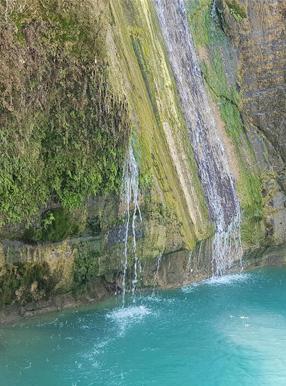 آبشار متری فیروزهای